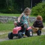 gite-ecolo-bebe-bretagne-enfants-jeux-tracteur-5811q50
