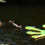 gite-ecolo-bebe-bretagne-piscine-nature-enfants-main-grenouille-4120q50